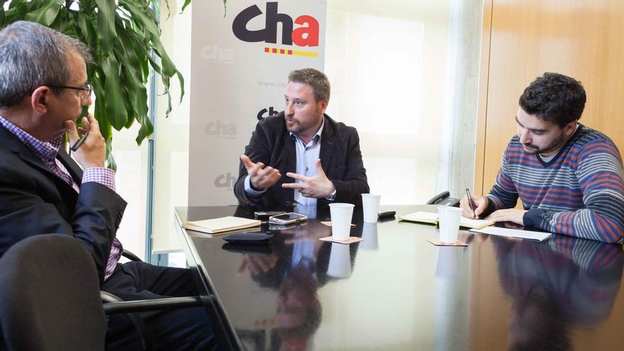 José Luis Soro charla con eldiario.es/aragon en las oficinas de CHA en el Parlamento. Foto: Juan Manzanara