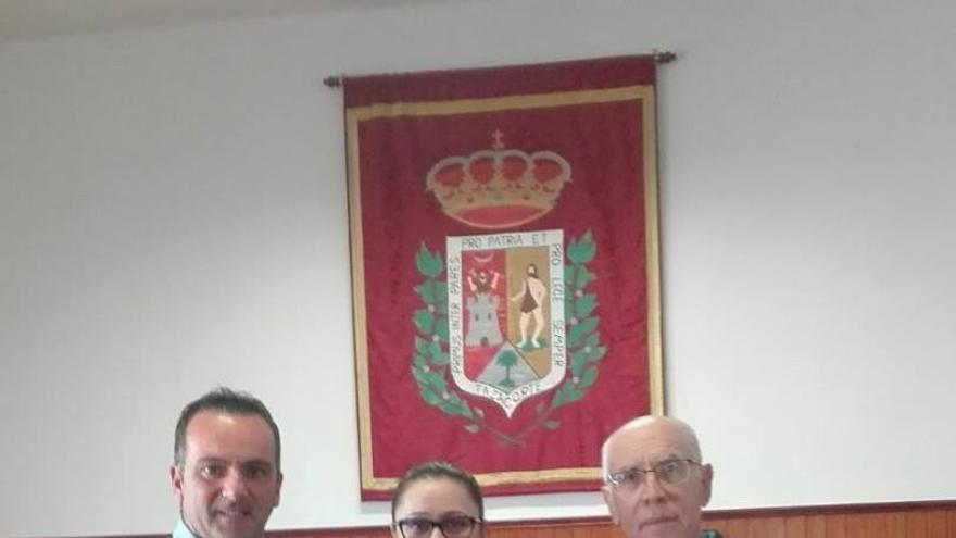 Carmen Brito junto a las autoridades locales.
