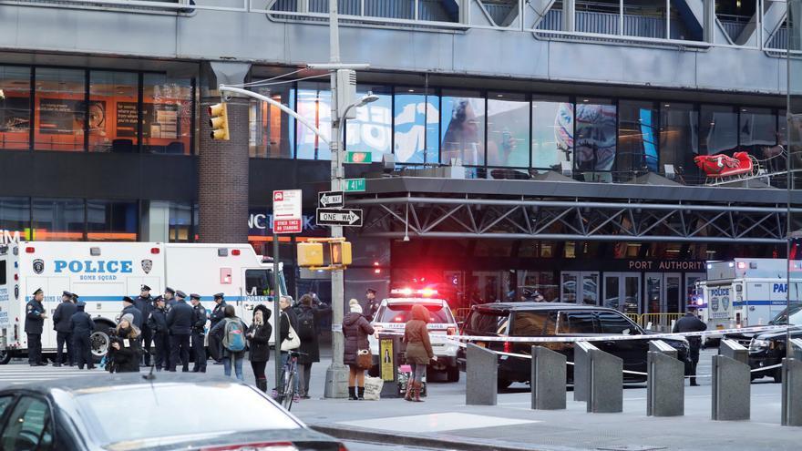 Vehículos de la policía permanecen a la entrada de la terminal de autobuses de la Autoridad del Puerto en Nueva York (Estados Unidos)