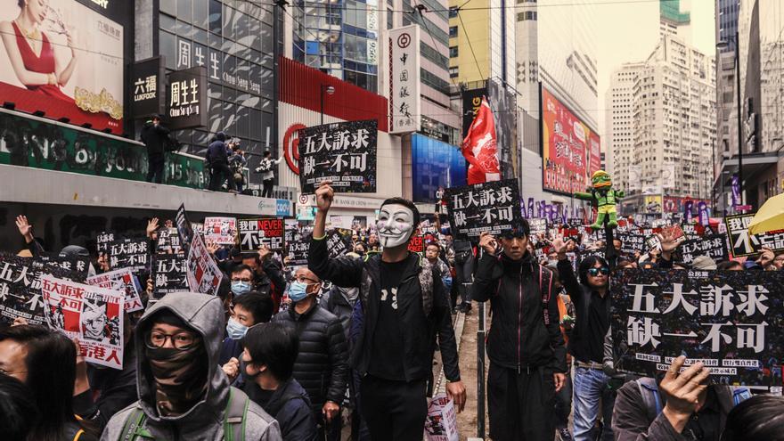 Manifestantes de Hong Kong con mascarillas