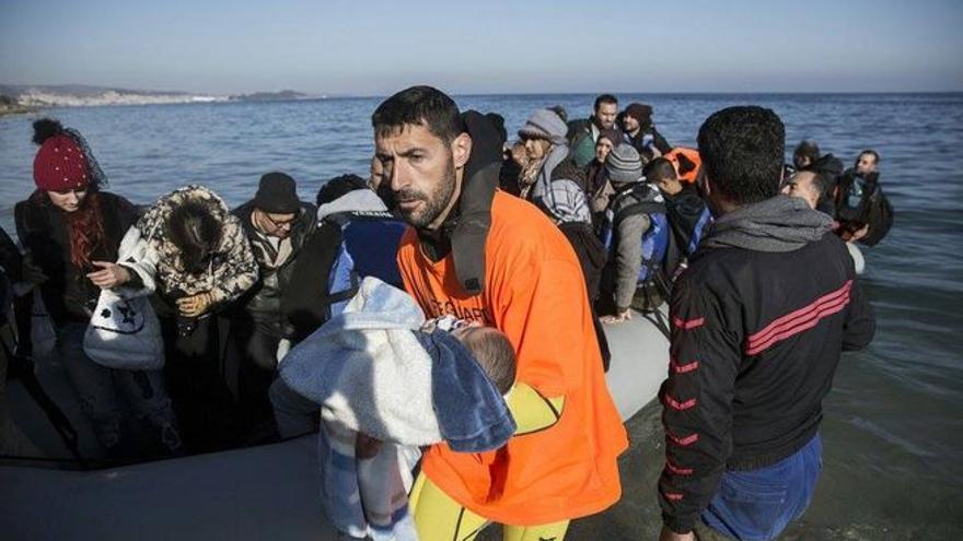 Un bebé rescatado en el Mediterráneo.