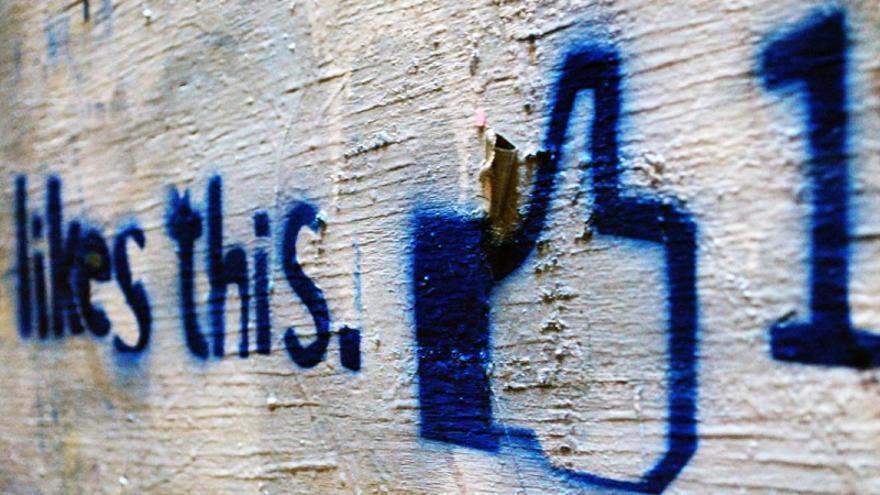Facebook no es tu espejo del mundo: te muestra lo que le da la gana