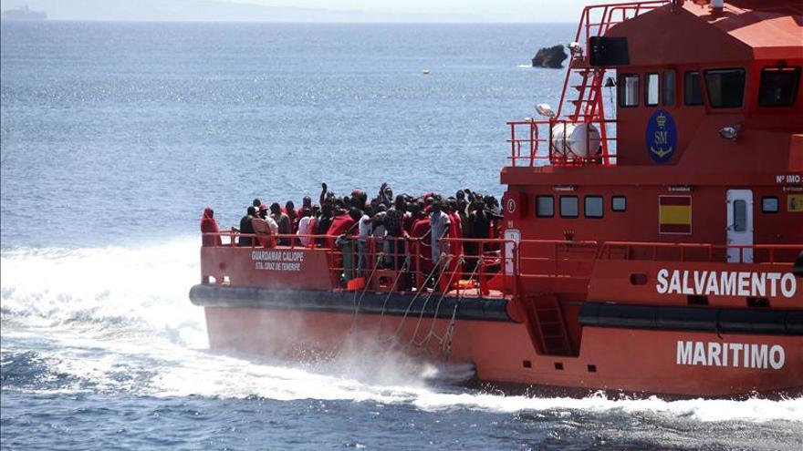 Más de 200 inmigrantes rescatados se trasladarán hoy a otros sitios de España