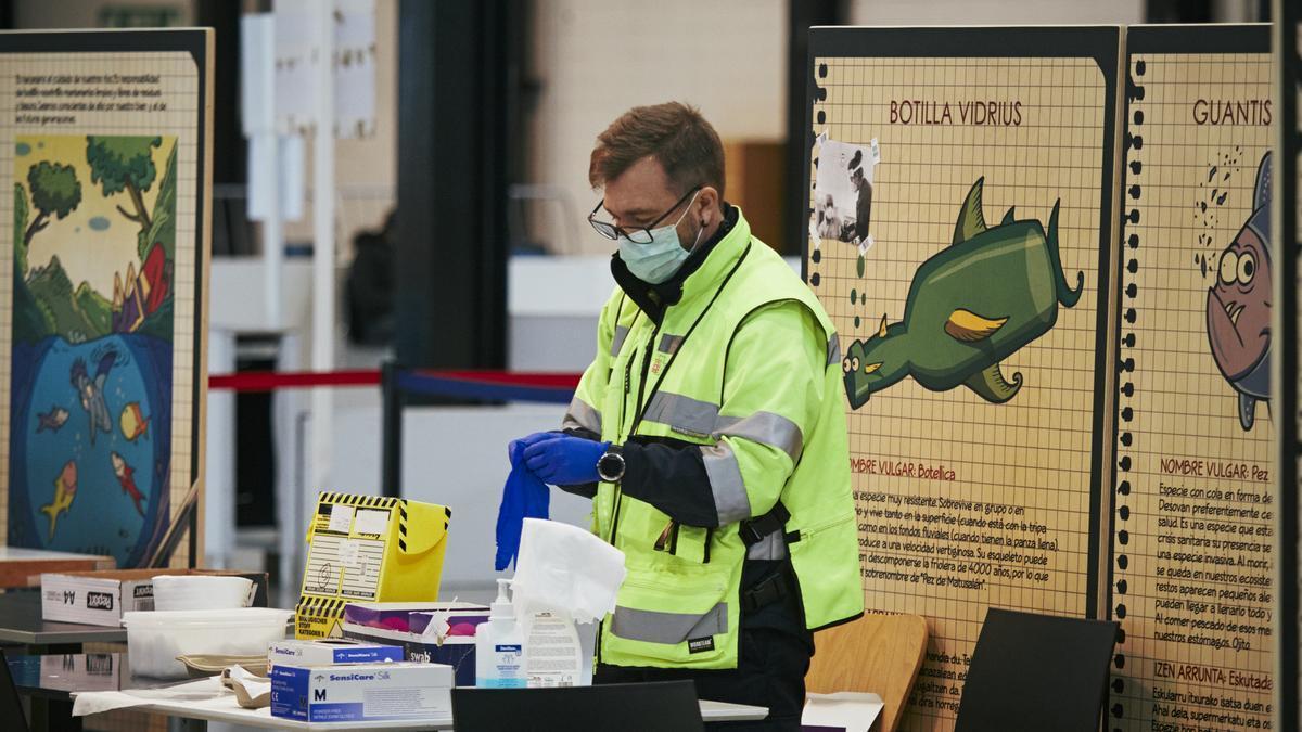 Un profesional sanitario se prepara para realizar una PCR en Navarra