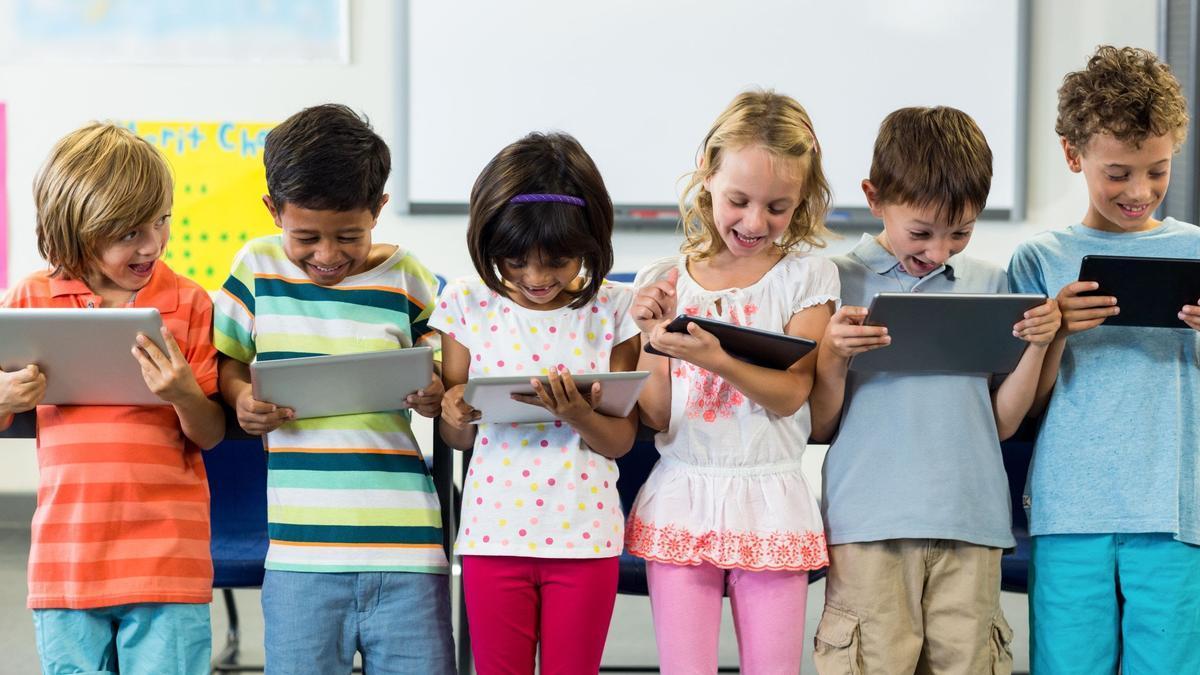 Niños viendo la tablet