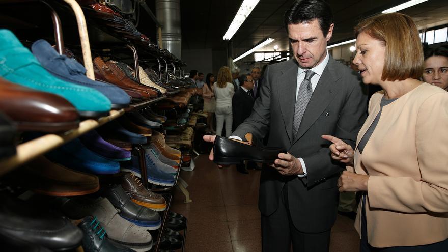 José Manuel Soria y María Dolores de Cospedal, en una visita a una fábrica de zapatos en Almansa en mayo de 2014. Foto: PP
