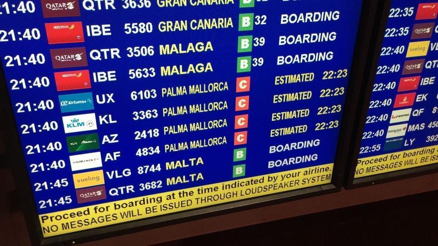 Panel informativo de vuelos, en un aeropuerto