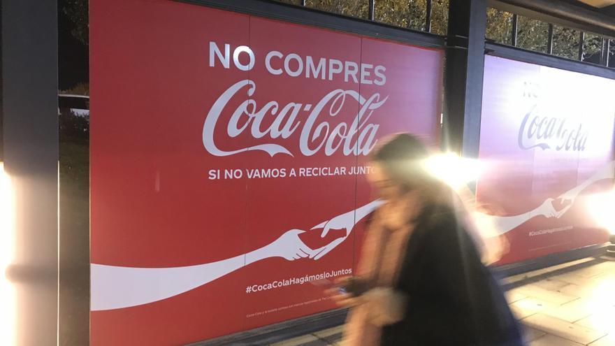 Un anuncio de Coca-Cola, cerca de la sede de la Cumbre del Clima COP25.