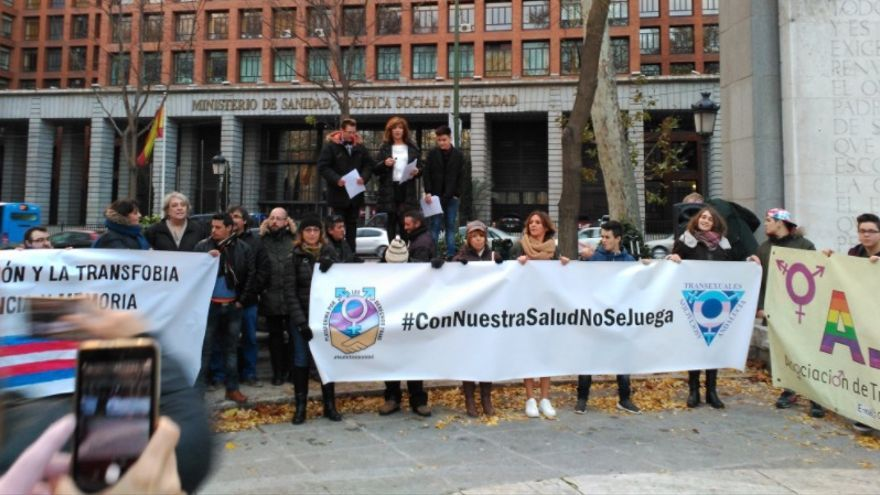 Manifestación en Madrid por el reabastecimiento de fármacos para personas transexuales. | Foto @anticapiMadrid