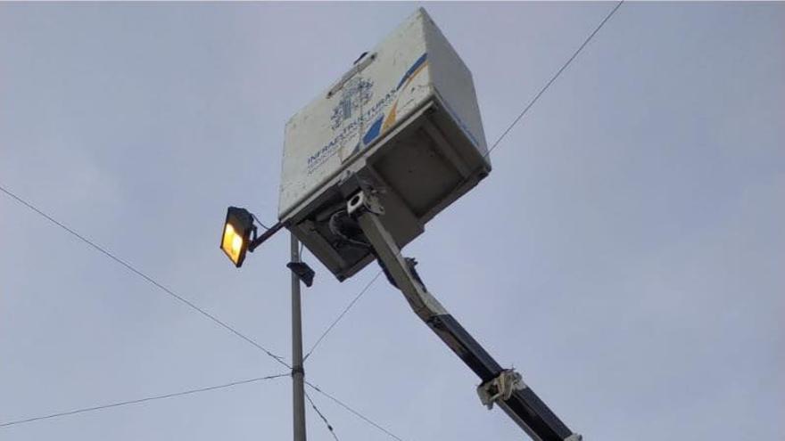 Reparación de un poste de luz en Orihuela en la tarde de este lunes.