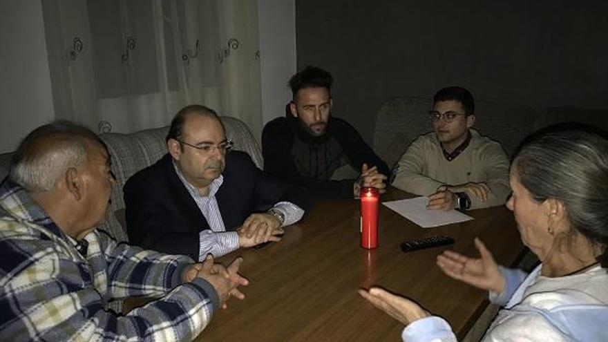 Imagen distribuida por el PSOE en la que se ve al candidato del PP, Sebastián Pérez (segundo por la izquierda) sentado al lado del detenido (en el centro de la imagen)