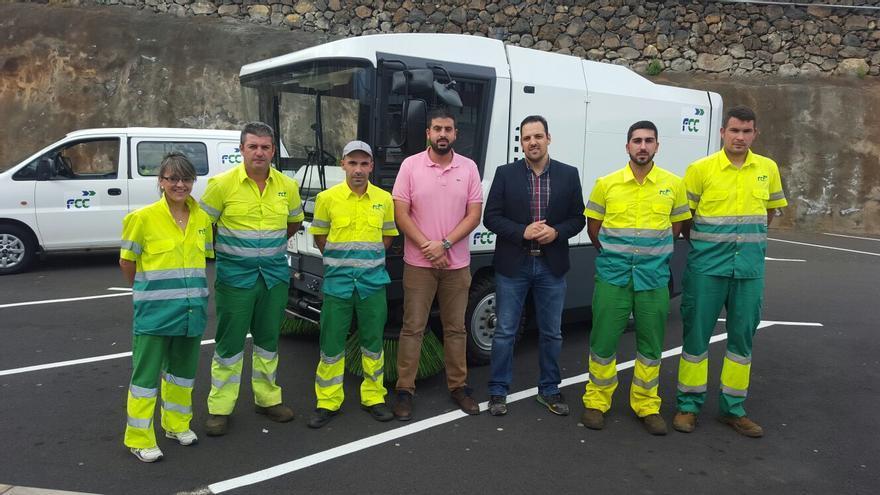 Jonathan Felipe y Borja Perdomo con los operarios de limpieza.