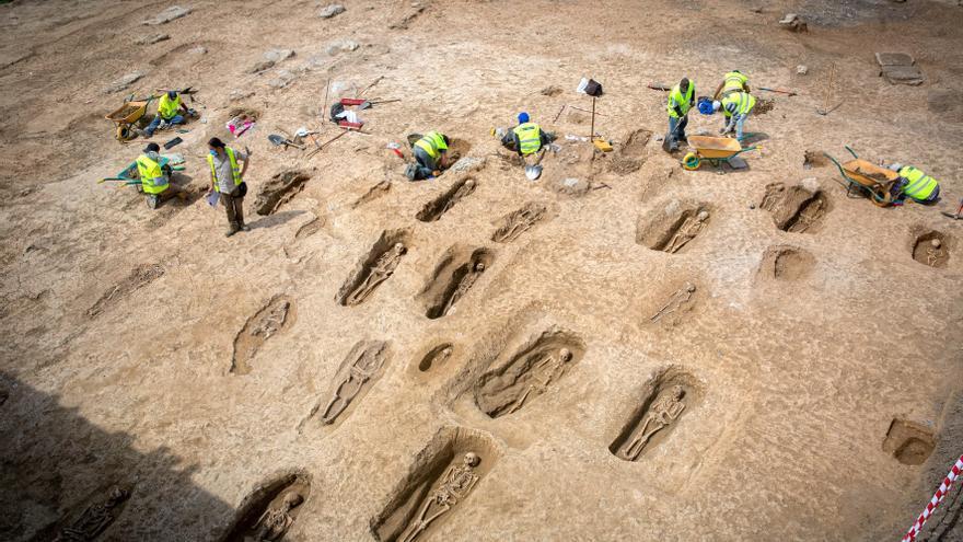 Una excavación saca a la luz 35 de 90 tumbas de una necrópolis en La Rioja