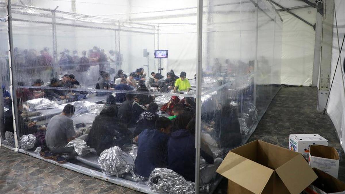 Fotografía del 17 de marzo cedida por la Oficina de Aduanas y Protección de Fronteras (CBP) donde se muestra a un grupo de niños haciendo cola para tomar alimentos en las instalaciones de procesamiento temporal en Donna, Texas. EFE/Jaime Rodríguez Sr