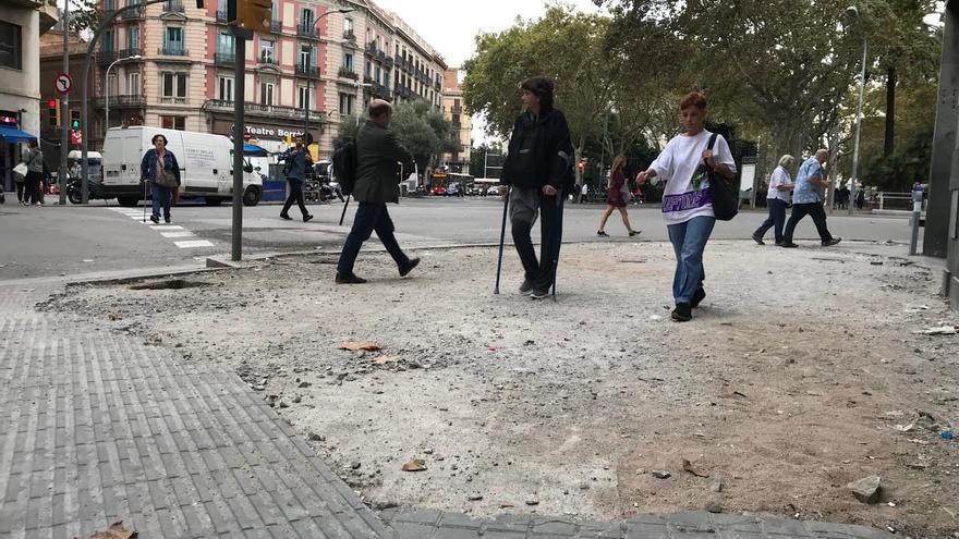 Parte de la acera en la Ronda de Baix donde se arrancaron las baldosas para lanzarlas a la policía en las cargas.