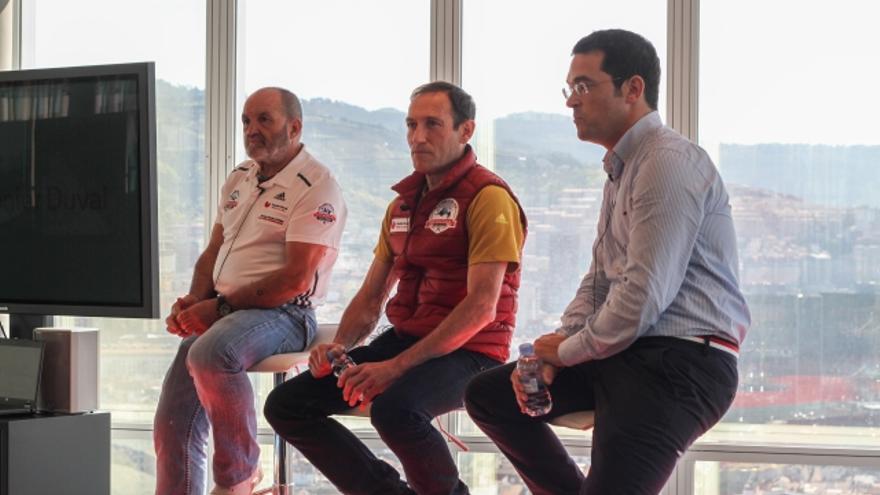 Alberto Zerain y Juanito Oiarzabal durante la presentación del proyecto del primero en el Annapurna.