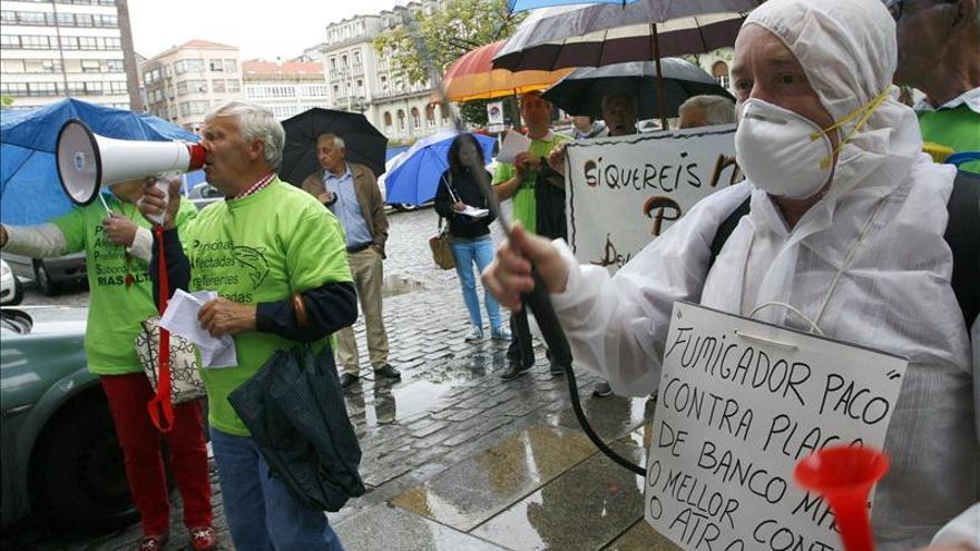 Afectados por las preferentes de NCG protestan ante una oficina en Ferrol