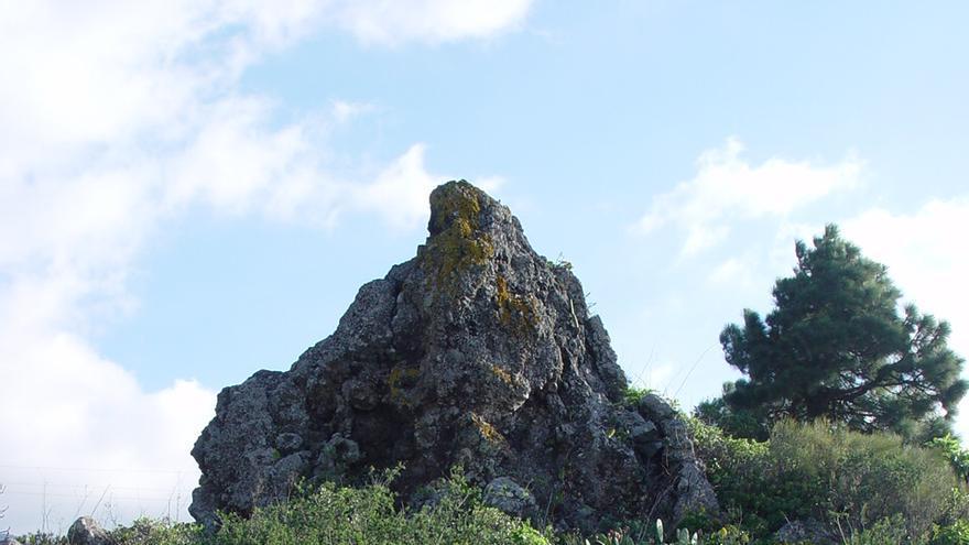 Roque de lava junto al que apareció una vasija en El Paraíso, en Tacande ( El Paso). Foto: JORGE PAIS.