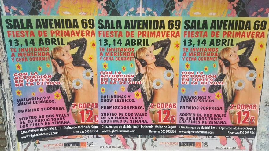 Denuncian la presencia de carteles sexistas de un prostíbulo en edificios de Murcia