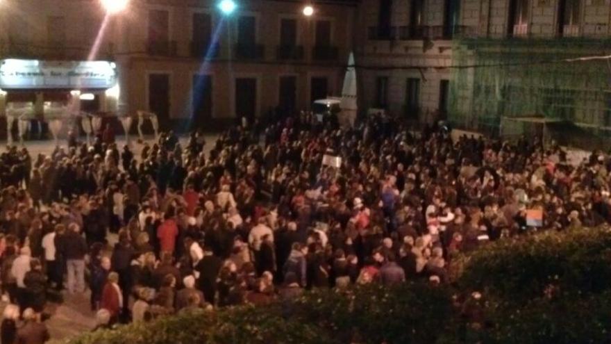 Más de un millar de personas se concentraron ayer frente al Consistorio de Alcázar de San Juan