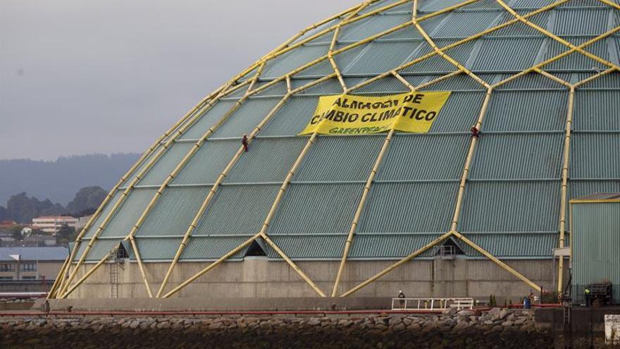 Greenpeace protesta en el puerto de A Coruña por la utilización del carbón