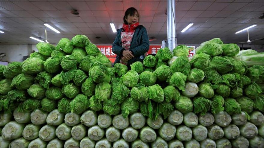 China se aleja de la deflación con subidas de precios minoristas y mayoristas