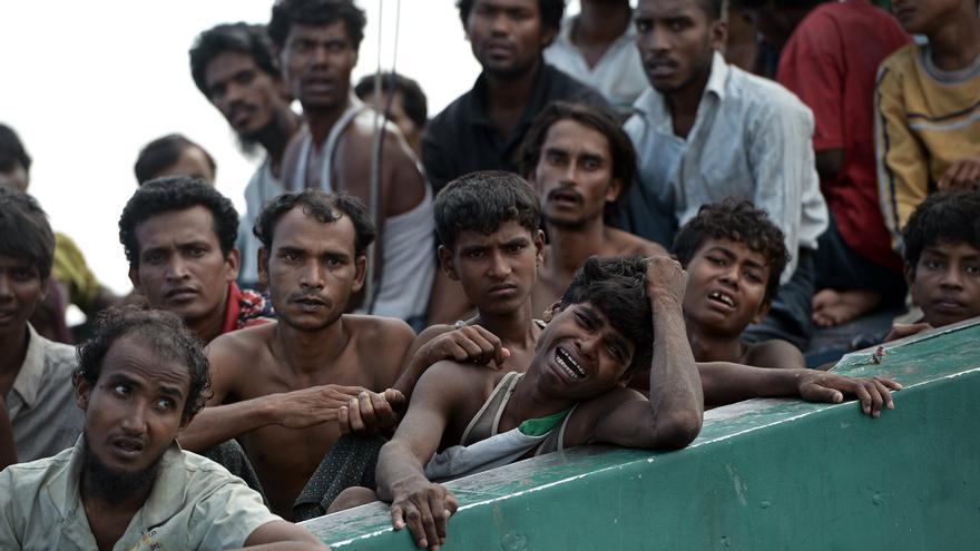 Migrantes Rohingya en un barco a la deriva en aguas tailandesas en la sureña isla de Koh Lipe. CHRISTOPHE ARCHAMBAULT/AFP/Getty Images.