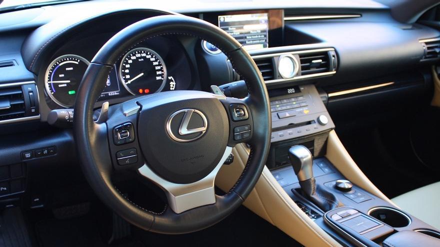 El habitáculo del Lexus RC 300h destaca por la alta calidad de sus materiales.