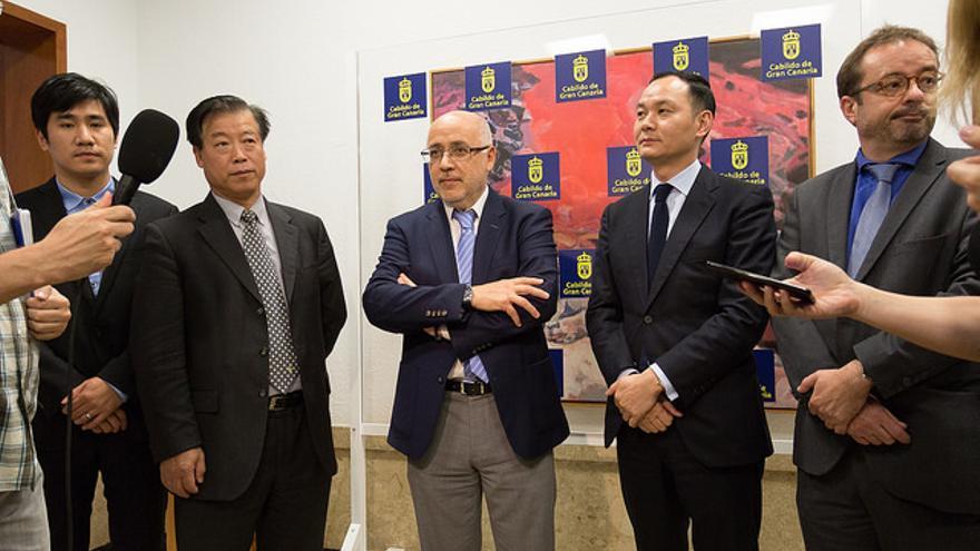 El presidente del Cabildo de Gran Canaria, Antonio Morales recibe a una delegación de empresas chinas interesadas en instalarse en Gran Canaria.