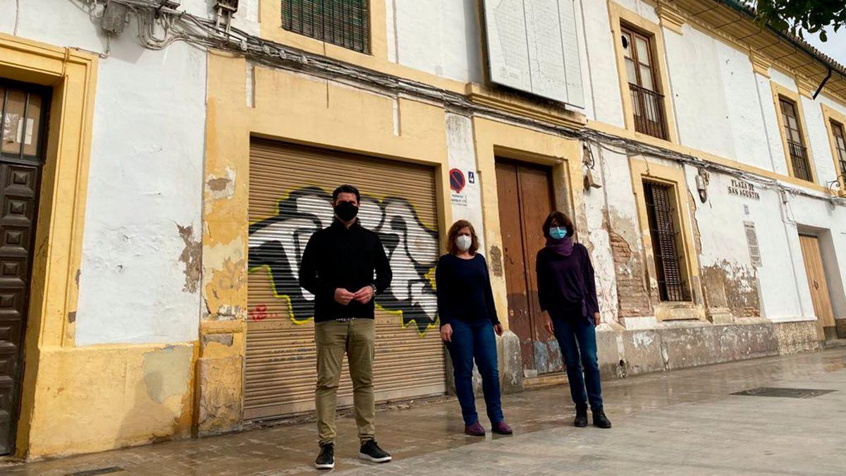 Los tres concejales de IU ante el inmueble de San Agustín, 4, que vende la Junta.