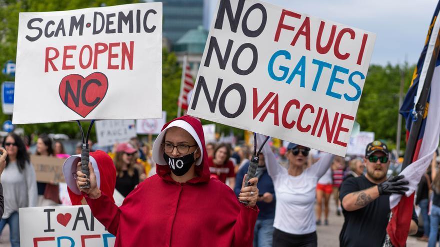 Manifestante porta una pancarta contra las vacunas y el confinamiento en una manifestación el pasado 20 de abril para pedir el fin de las restricciones por el coronavirus en Carolina del Norte (EEUU)