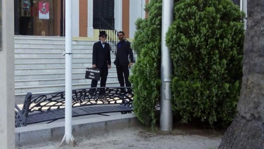 El cobrador y un guardaespaldas, a las puertas de la Casa Colón de Huelva.