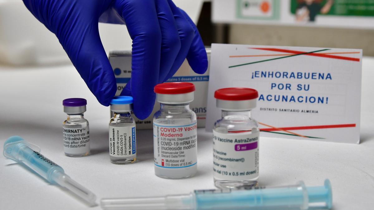 Imagen de las cuatro vacunas disponibles en el punto de vacunación masiva ubicado en el Palacio de los Juegos del Mediterráneo de Almería.