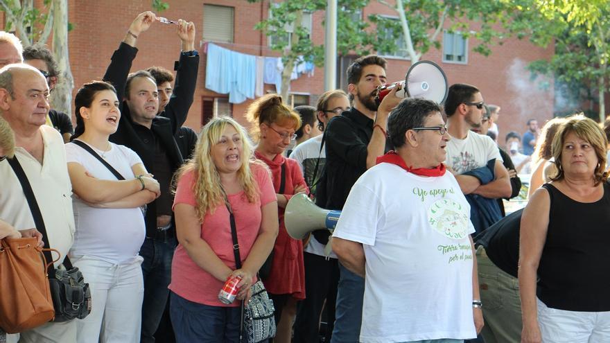 Varias personas durante la concentración en memoria de Pedro Aunión