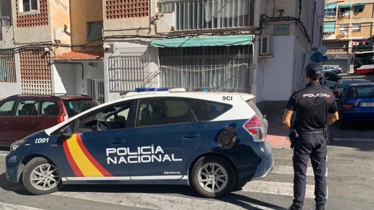 Un agente de la Policía Nacional presta servicio en una calle.