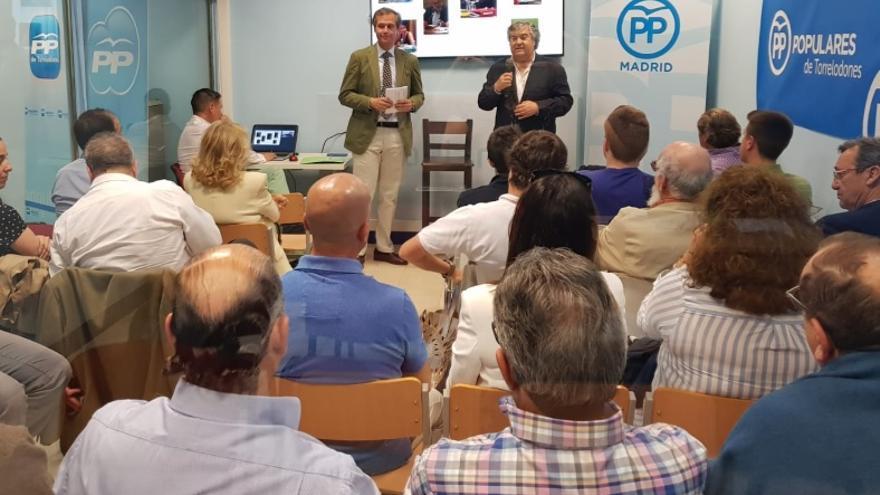 El actual líder del PP en el municipio, Arturo Martínez-Amorós, y el secretario de política territorial, Antonio González Terol. / PP de Torrelodones