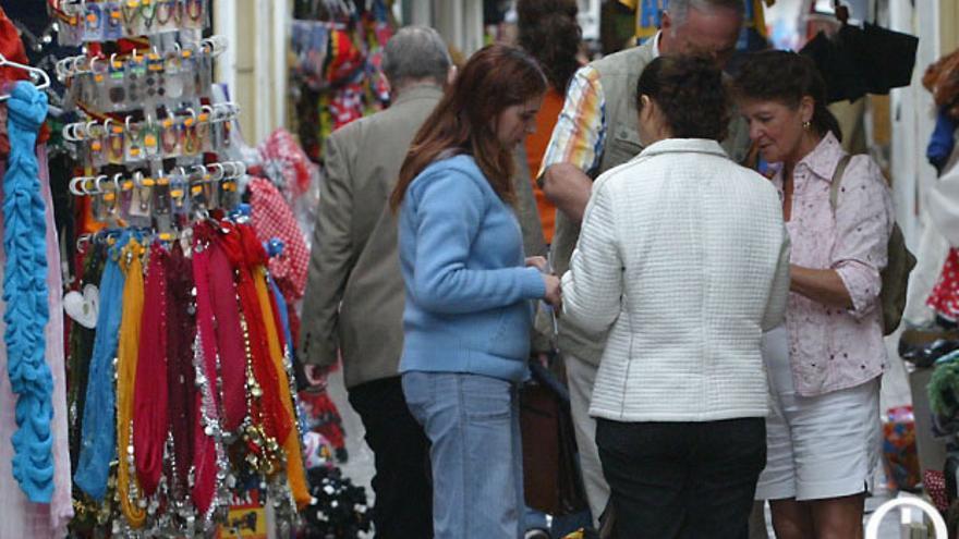 Turistas en una zona de tiendas de la Judería de Córdoba | MADERO CUBERO