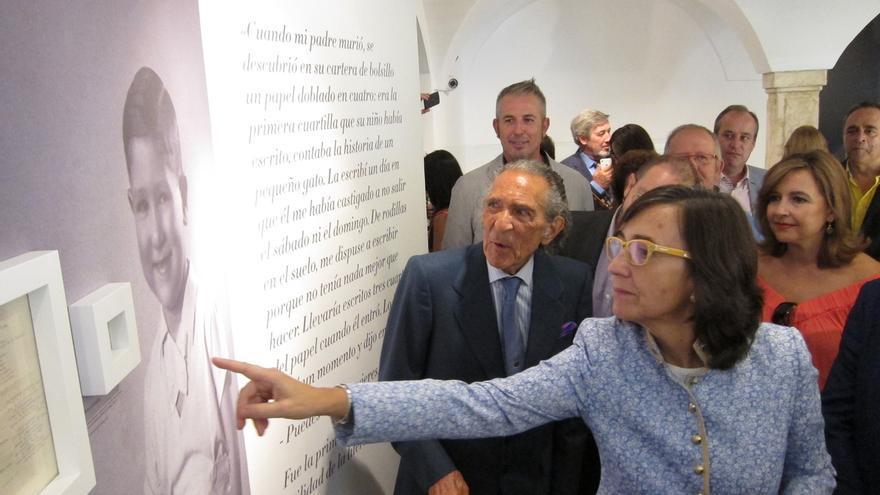 Rosa Aguilar inaugura junto a Antonio Gala una exposición permanente sobre la vida y la obra del autor