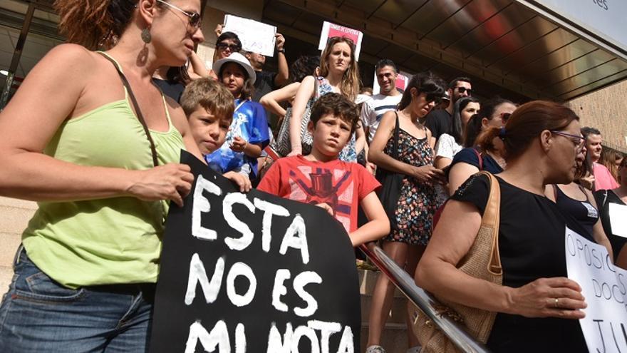 """Manifestación contra la """"masacre"""" de las oposiciones en Murcia"""