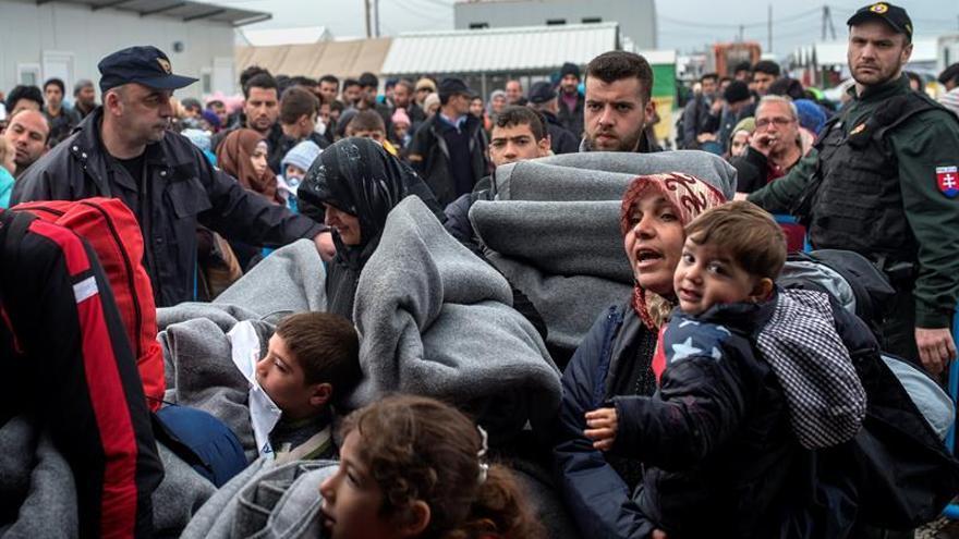 Un grupo de refugiados trata de romper la valla en la frontera de Macedonia con Grecia