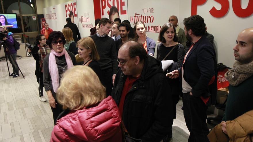 Ferraz se llena de militantes que aguardan con esperanza el final del recuento