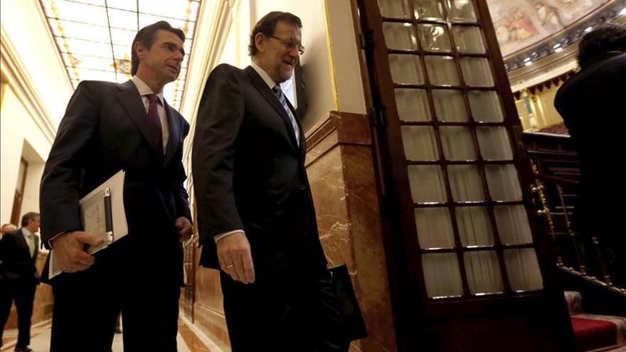 El presidente del Gobierno, Mariano Rajoy, y el exministro de Industria, José Manuel Soria.