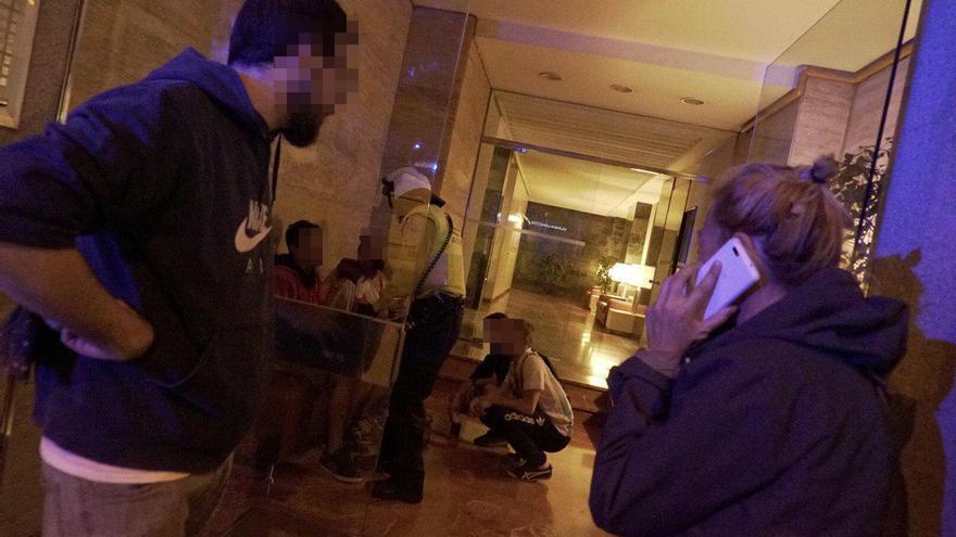 Los equipo de emergencias atienden al joven que ha sido agredido por un grupo de ultraderechistas.