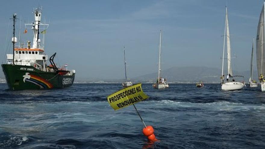 Protesta del 'Arctic Sunrise' en el punto en el que Repsol tenía permisos para buscar gas en la costa malagueña (GREENPEACE)