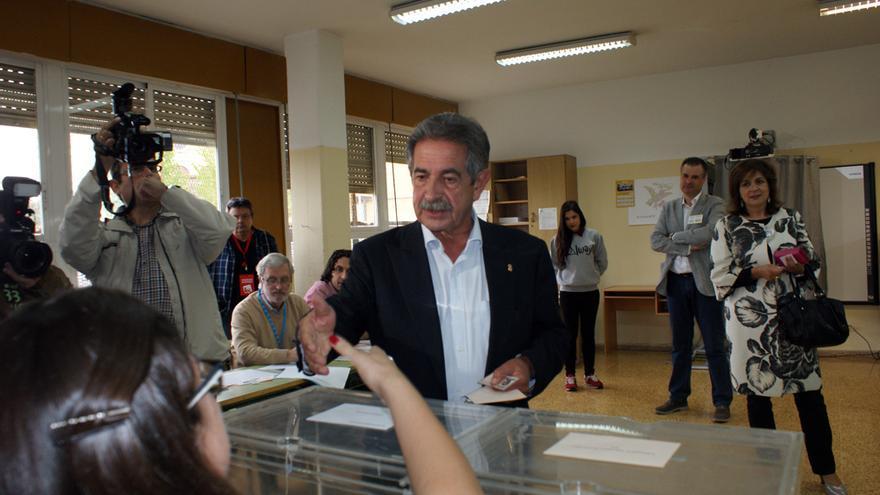 Miguel Ángel Revilla (PRC) ha votado en un colegio público de Astillero.