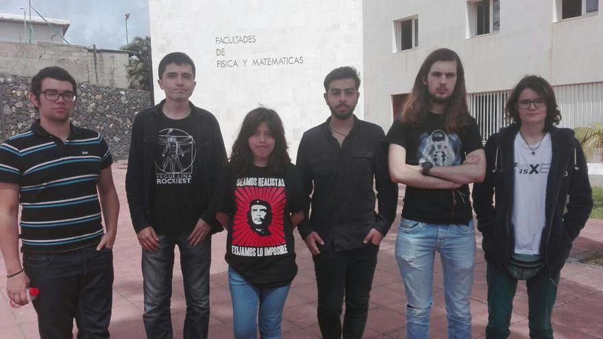 Alumnos de la ULL que se encerraron el martes en la Facultad de Física