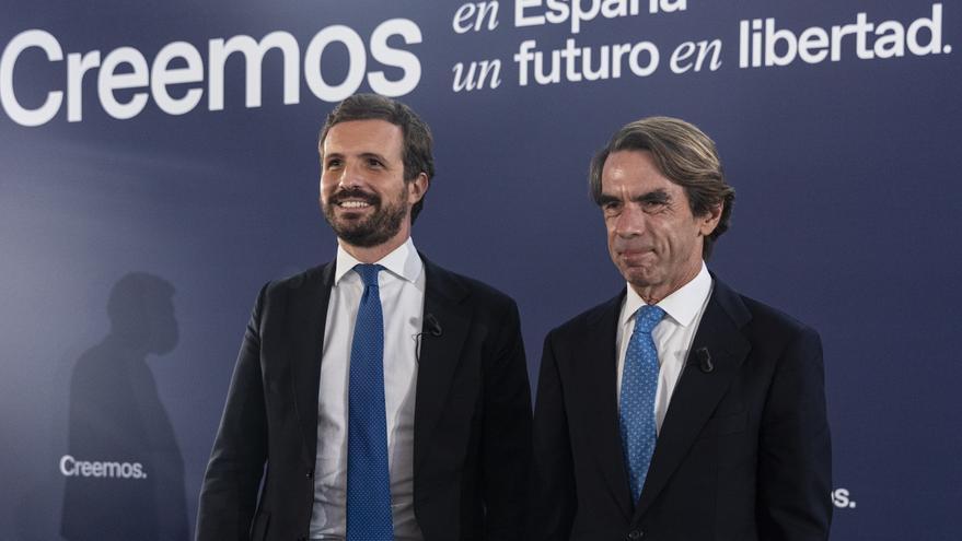 El presidente del PP, Pablo Casado y del expresidente del Gobierno José María Aznar  al inicio de la convención sobre 'La fortaleza de las instituciones' en el marco de la Convención del PP. A 30 de septiembre de 2021, en Sevilla (Andalucía, España).