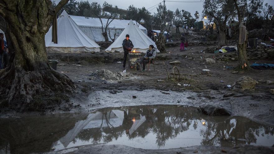 Los alrededores del campo de refugiados de Moria se han convertido en campamento improvisado para inmigrantes marroquíes, argelinos o tunecinos / Foto: Olmo Calvo