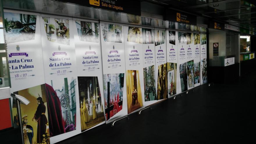 La principal acción de la campaña consta de un amplio panel fotográfico, con algunas de las imágenes más representativas de la Semana Santa, desplegado en las puertas de la zona de recogida de equipajes.