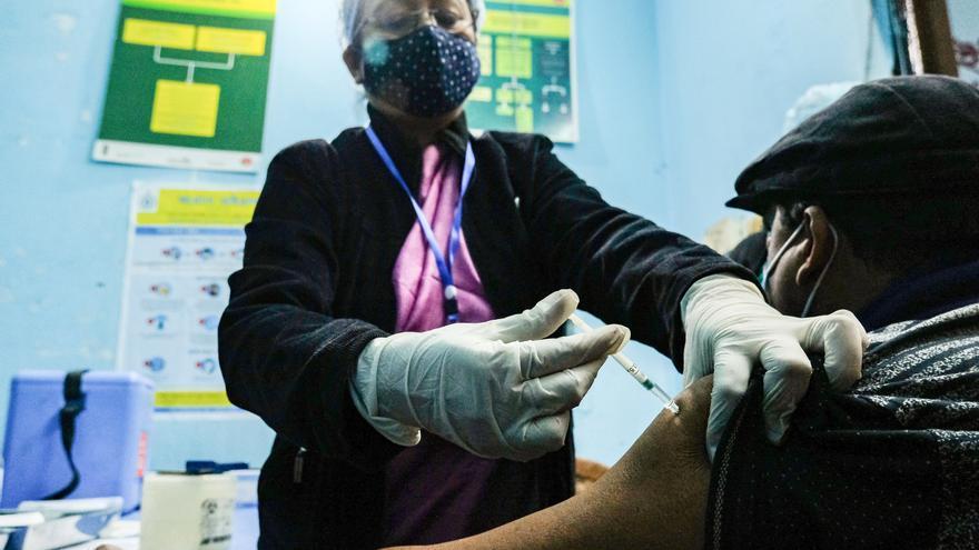 Por qué India, Rusia y China van tan despacio pese a tener sus propias vacunas